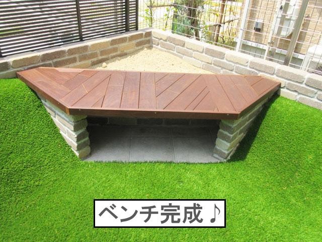 柴犬コマリ 庭 ベンチ